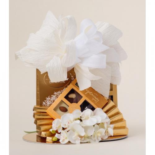 Kosz prezentowy - mix słodyczy Biały