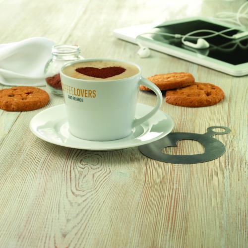 Kubek cappuccino i talerzykiem biały